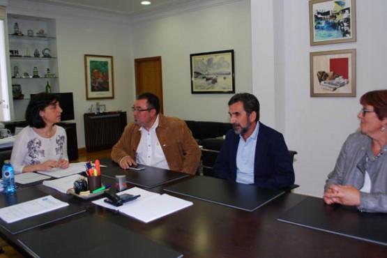 Ángeles Vázquez na reunión co alcalde de Sandiás