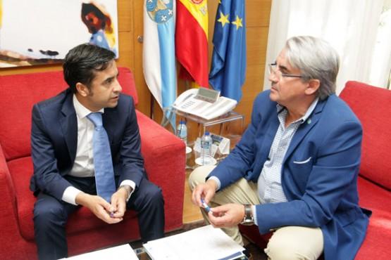 Rey Varela na reunión co alcalde de Boiro. Foto: C. Paz