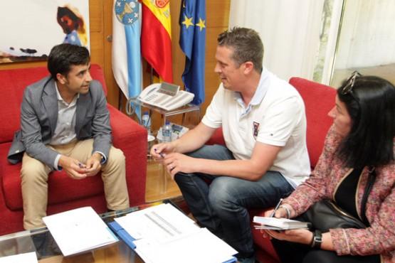 José Manuel Rey Varela na reunión co alcalde de Cedeira. Foto: C. Paz
