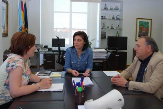 Ángeles Vázquez na reunión co alcalde da Laracha