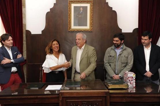 Beatriz Mato na sinatura do convenio co Concello de Betanzos. Foto: M. Fuentes