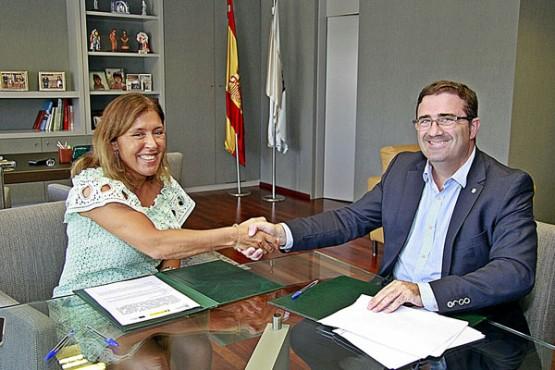 Beatriz Mato na sinatura do convenio co alcalde da Cañiza