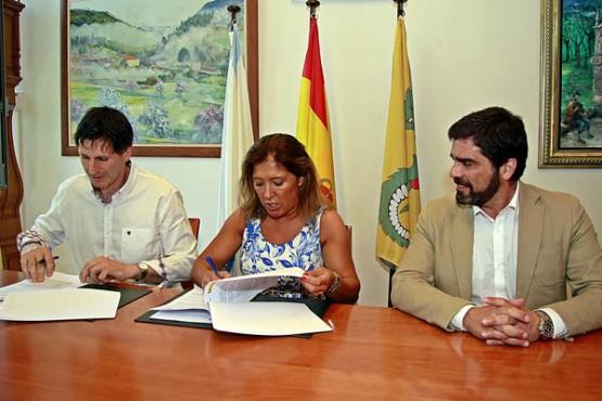 Beatriz Mato na sinatura do convenio co Concello de Vedra