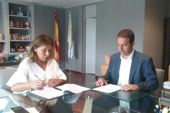 A conselleira de Medio Ambiente na reunión co alcalde de Cervo. Foto: X. Crespo