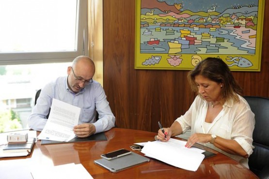 Beatriz Mato na reunión co alcalde de Fisterra. Foto: M. Fuentes