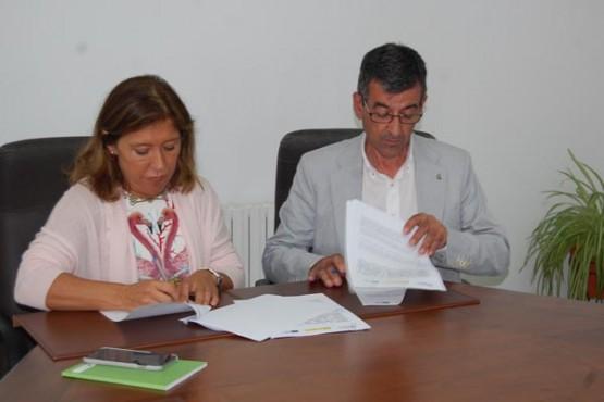 Beatriz Mato na sinatura do convenio co alcalde de Sober