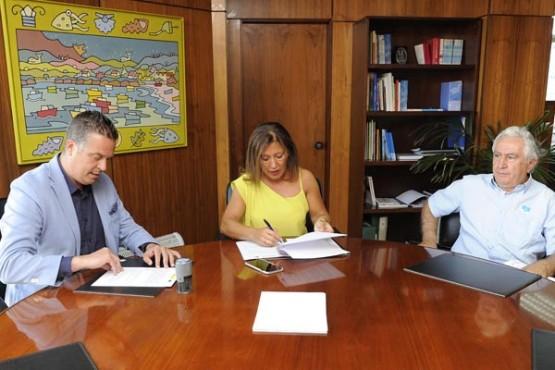 Beatriz Mato na sinatura do convenio co alcalde de Cedeira. Foto: M. Fuentes
