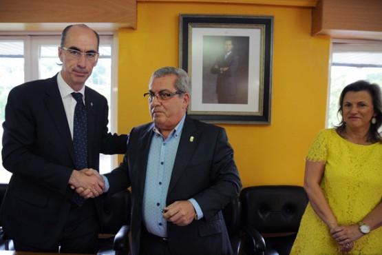 Jesús Vázquez na sinatura do convenio co concello do Pereiro de Aguiar