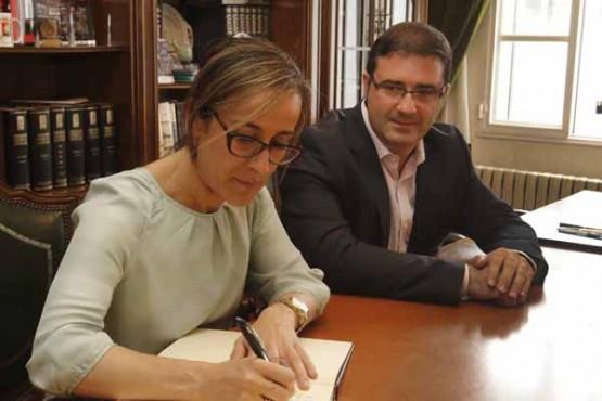 Ethel Vázquez na sinatura do convenio co alcalde da Cañiza
