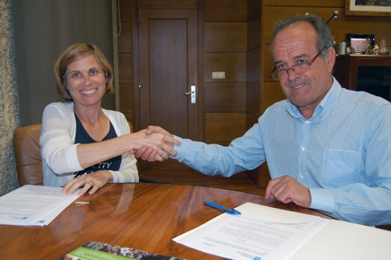 Nava Castro na sinatura do convenio co alcalde do Carballiño