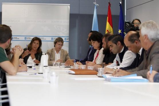 Rosa Quintana e Beatriz Mato na reunión coas confrarías da Ría de Pontevedra