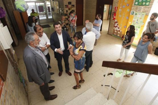 Román Rodríguez na visita ao CEIP de Chancelas de Poio