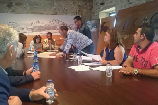Ángeles Vázquez na reunión en Porto do Son