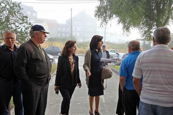 Ángeles Vázquez na reunión cos veciños de San Félix de Freixeiro