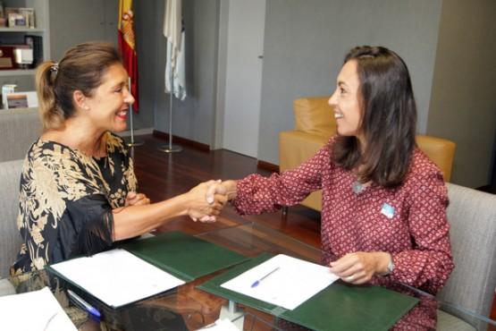 Beatriz Mato na sinatura do convenio coa alcaldesa de Marín
