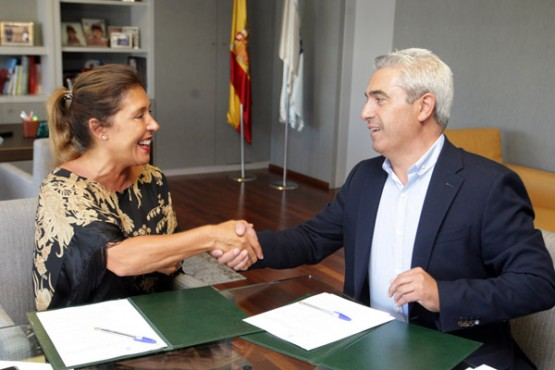 Beatriz Mato na sinatura do convenio co alcalde de O Pino. Foto: C. Paz