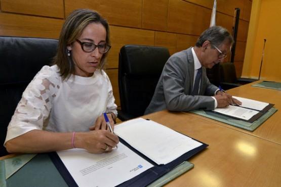 Ethel Vázquez na sinatura do convenio co Concello de Carballo