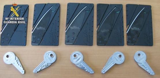 Tarxetas e chaves navalla requisadas