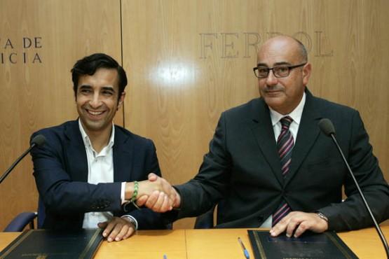Rey Varela na sinatura do convenio co alcalde de Valdoviño