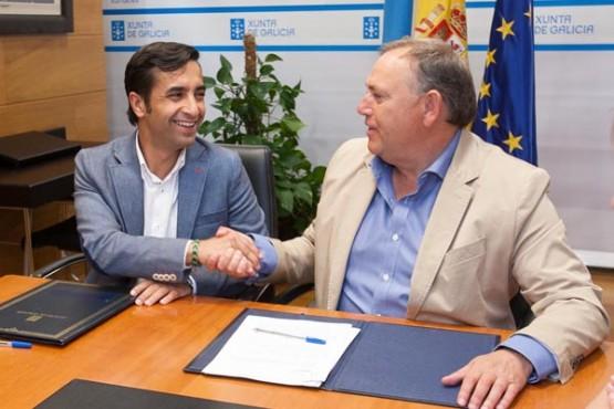 Rey Varela asinando o convenio co alcalde da Laracha. Foto: X. Crespo