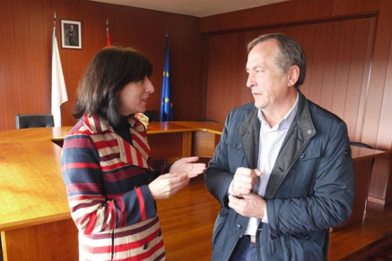Ángeles Vázquez na reunión co alcalde de Touro