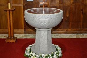Pila bautismal entregada pola Escola de Cantería
