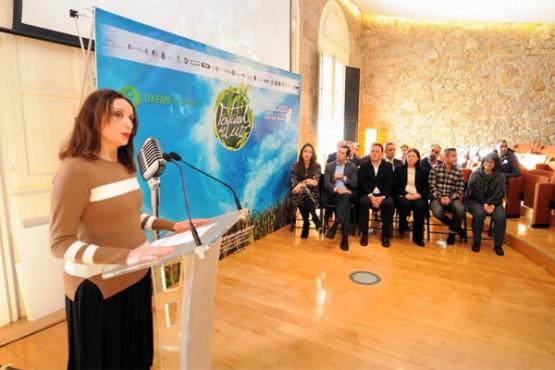 Luz Casal no acto de entrega do talón a Oxfam Intermon