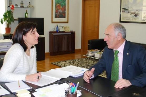 Ángeles Vázquez na reunión co alcalde de Guntín