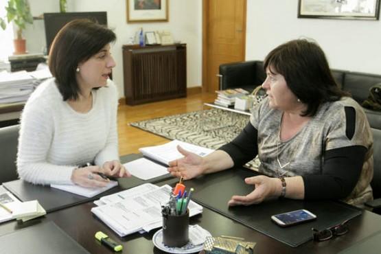 Ángeles Vázquez na reunión coa alcaldesa de Lousame