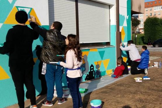 Alumnos pintando mural do centro Manuela Pérez Sequeiros