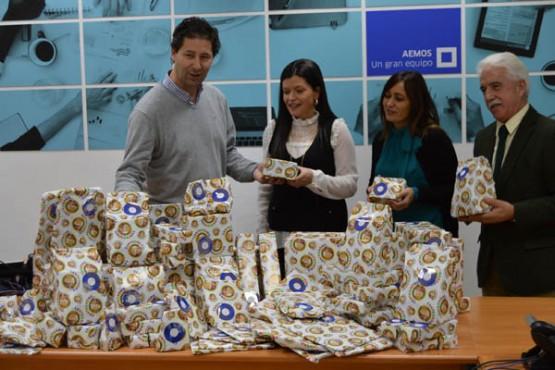 A alcaldesa de Mos recibindo os agasallos que serán entregados aos nenos
