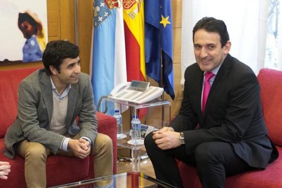 Rey Varela na reunión co alcalde de Crecente. Foto: X. Crespo
