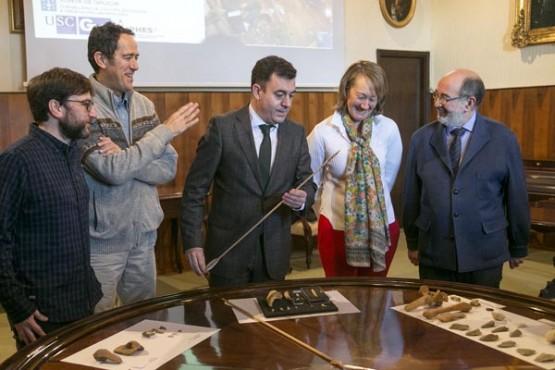 Román Rodríguez na presentación dos resultados dos achados en Cova Eiros. Foto: X. Crespo