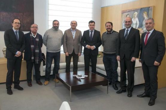 Román Rodríguez na reunión con representantes das tres fundacións. Foto: X. Crespo