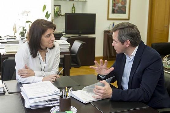 Ángeles Vázquez na reunión co alcalde de Ames. Foto: X. Crespo