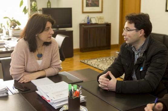 Ángeles Vázquez na reunión con representantes municipais de Cambados