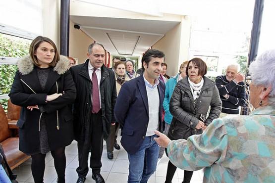 Rey Varela na visita ao centro sociocomunitario de Fene