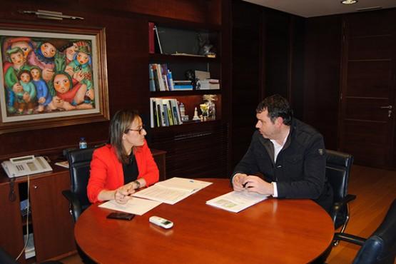 Ethel Vázquez na reunión co alcalde de Ordes