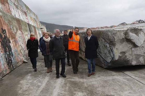 A Xunta prevé rematar a reparación e reforzo do dique do porto da Guarda en seis meses