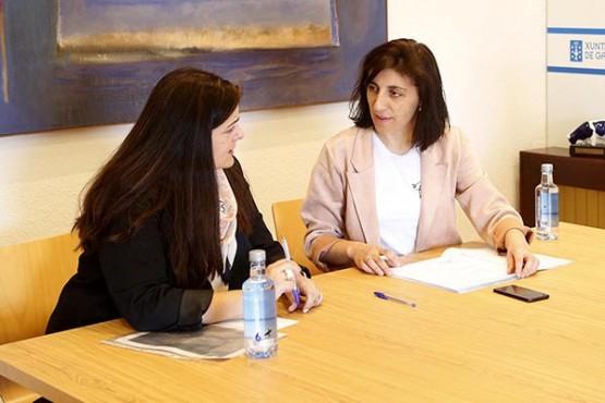 Ángeles Vázquez na reunión coa alcaldesa de Folgoso de Courel. Foto: X. Crespo