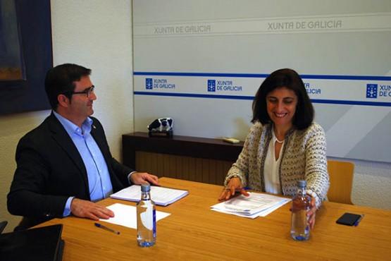 Ángeles Vázquez na reunión co alcalde da Cañiza