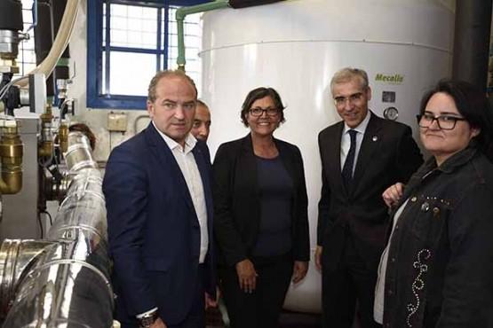 Francisco Conde na visita ás caldeiras de biomasa do centro polideportivo