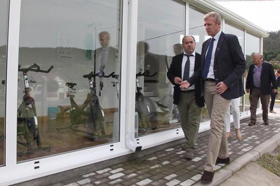 Alfonso Rueda na visita ás obras do pavillón municipal de Antequeira