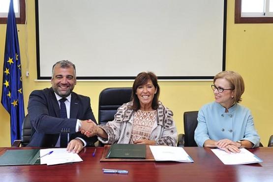 Beatriz Mato na sinatura do convenio co concello de Oza-Cesuras. Foto: M. Fuentes