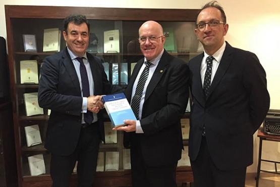 Román Rodríguez presenta o proxecto da Biblioteca e Arquivo de Galicia ao presidente da Academia Argentina de Letras