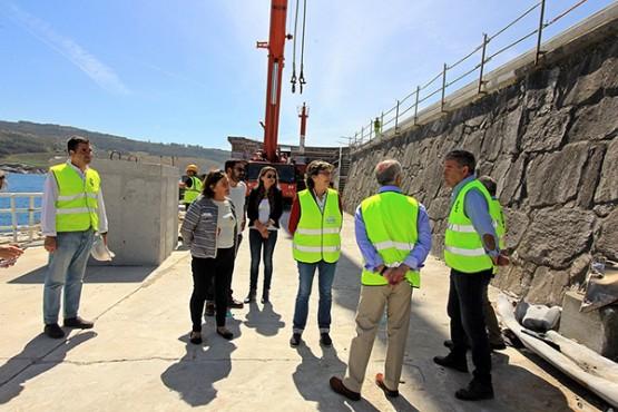 Rosa Quintana na visita aos traballos no peirao de Corme