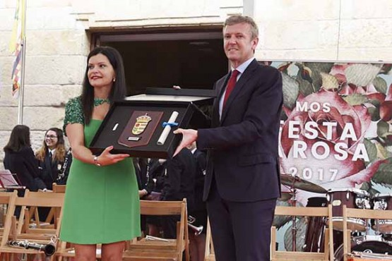 Alfonso Rueda na entrega da bandeira e escudo oficial do Concello de Mos