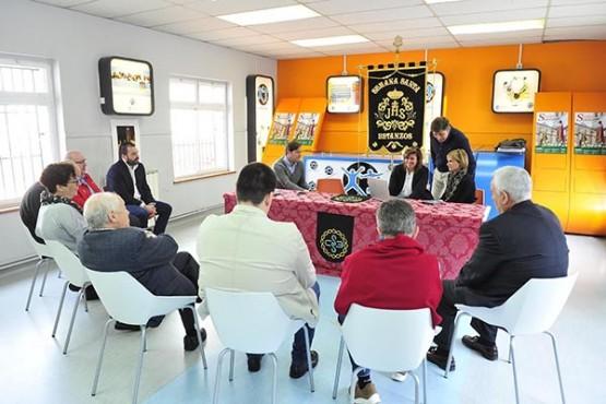 Nava Castro na reunión coa directiva da Confraría Semana Santa de Betanzos. Foto: M. Fuentes