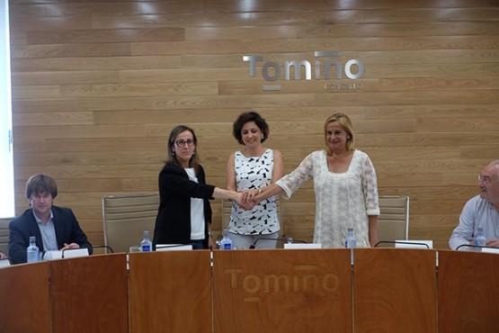 Ethel Vázquez na sinatura do convenio coa Deputación e o Concello de Tomiño
