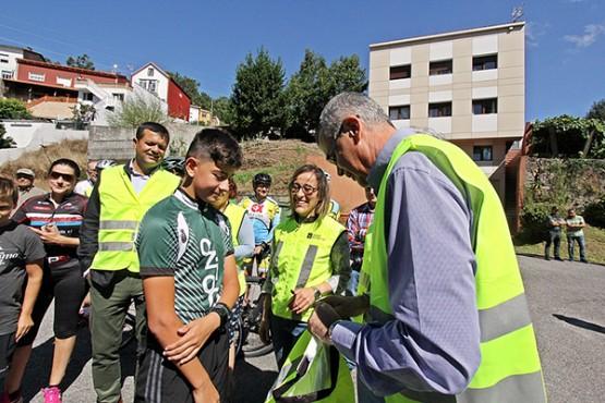 Ethel Vázquez e Santiago Villanueva entregado cortaventos aos ciclistas de Boiro